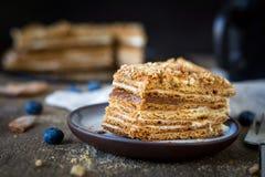Medovik, dolce di miele russo con caramello fotografie stock libere da diritti