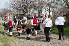 MEDOVO, ΒΟΥΛΓΑΡΊΑ - 17 ΜΑΡΤΊΟΥ 2018: Οι άνθρωποι σε παραδοσιακό καρναβάλι μεταμφιέζουν τα κοστούμια στο φεστιβάλ Kukeri, χωριό Me Στοκ Εικόνα