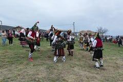 MEDOVO, BULGÁRIA - 17 DE MARÇO DE 2018: Povos em trajes de disfarce tradicionais no festival de Kukeri, vila do carnaval de Medov Foto de Stock Royalty Free