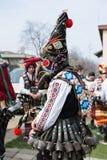 MEDOVO, BULGARIEN - 17. MÄRZ 2018: Leute in den traditionellen Karnevalsmaskeradekostümen an Kukeri-Festival, Medovo-Dorf Lizenzfreies Stockfoto