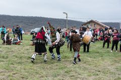 MEDOVO, BULGARIEN - 17. MÄRZ 2018: Leute in den traditionellen Karnevalsmaskeradekostümen an Kukeri-Festival, Medovo-Dorf Stockbild