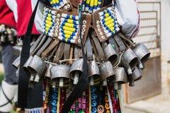 MEDOVO BULGARIEN - MARS 17, 2018: Folk i traditionella karnevalmaskeraddräkter på den Kukeri festivalen, Medovo by Royaltyfri Fotografi