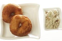 Medu Vada die ook als vadai, Medu-vada, wada wordt bekend of vade, is een smakelijke snack van Zuid-India met chutney royalty-vrije stock afbeelding