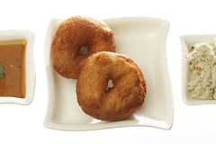 Medu Vada die ook als vadai, Medu-vada, wada wordt bekend of vade, is een smakelijke snack van Zuid-India met chutney Royalty-vrije Stock Foto's