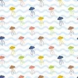 Medusa coloridas no oceano azul ondulado Imagens de Stock Royalty Free