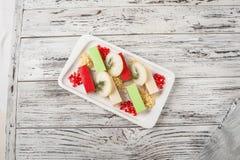 Medusa su un piatto bianco con le patate fritte dalle mele Fine nazionale russa dello spigo della carne di cucina su e spazio del fotografia stock