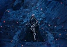 Medusa suportes terríveis e 'sexy' de Gorgona no fundo de seu trono de pedra e rochas majestosas em uma ilha só fotografia de stock