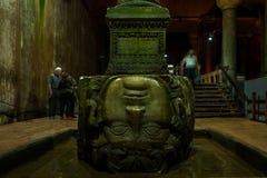 Medusahuvud i den sjunkna slotten för basilikacistern i Istanbul, Turkiet arkivbild