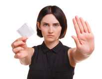 Medveten ung kvinna som visar en kondom eller en preventivmedel som isoleras på en vit bakgrund Sund livsstil begreppssafen könsb Royaltyfri Bild