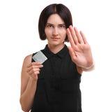 Medveten ung kvinna som visar en kondom eller en preventivmedel som isoleras på en vit bakgrund Sund livsstil begreppssafen könsb Royaltyfria Bilder