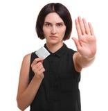 Medveten ung kvinna som visar en kondom eller en preventivmedel som isoleras på en vit bakgrund Sund livsstil begreppssafen könsb Arkivfoto
