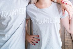 Medvetenhet för tillfällig volontär för skjorta för mankvinna social fotografering för bildbyråer
