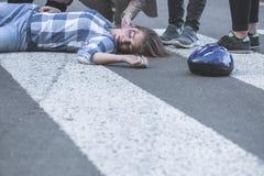 Medvetslös olycksoffer av en bilkrasch royaltyfri foto