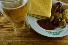 Medvurst tjänade som med ketchup och en mexicanskt tortilla och a Fotografering för Bildbyråer