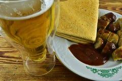 Medvurst tjänade som med ketchup och en mexicanskt tortilla och a Arkivbild