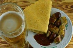 Medvurst tjänade som med ketchup och en mexicanskt tortilla och a Royaltyfri Fotografi