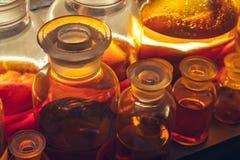 Medycyn butelki Puste perfumowanie butelki w starej aptece zdjęcia royalty free