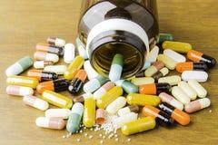Medycyn kapsuły na drewnianym tle lub pigułki Lek recepta dla traktowania lekarstwa fotografia royalty free