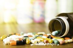 Medycyn kapsuły na drewnianym tle lub pigułki Lek recepta dla traktowania lekarstwa zdjęcia stock
