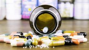 Medycyn kapsuły na drewnianym tle lub pigułki Lek recepta dla traktowania lekarstwa obraz royalty free