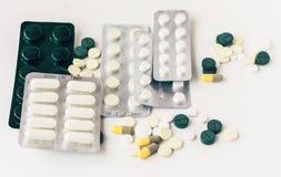 Medycyn kapsu? lub pigu?ek b?bla paczka na bia?ym tle z kopii przestrzeni? Lek recepta dla traktowania lekarstwa obrazy stock