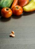 Medycyn pastylki z Kolorowymi warzywami na tle obraz royalty free