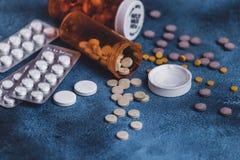 Medycyn pastylki z pomarańczowymi pigułek butelkami dla opieki zdrowotnej i pigułki pomoc medyczna Zdjęcie Stock