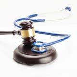 Medycyna i medyczni symbole - zamyka w górę strzału sędziego młoteczek i stetoskop obrazy royalty free