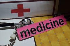 Medycyna na druku papierze z medycznego i opieki zdrowotnej pojęciem obrazy stock