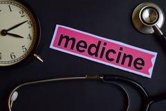 Medycyna na druku papierze z opieki zdrowotnej pojęcia inspiracją budzik, Czarny stetoskop fotografia stock