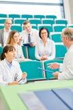 Medycyna nauczyciel pyta ucznia podczas egzaminu obraz stock