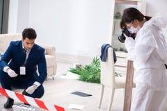 Medycyna sądowa oficer śledczy przy sceną biurowy przestępstwo zdjęcia royalty free