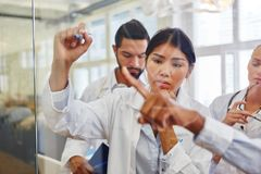 Medycyna ucznie uczy się w grupie uczących się Obrazy Stock