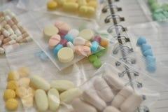 Medycyna w jasnym plastikowym worku na notatnika tle Zdjęcie Stock