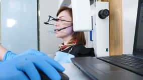 Medycyny, dentystyki i opieki zdrowotnej poj?cie, Część stomatologiczny technologiczny proces TMJ egzamininuje w nowo?ytnym denty zdjęcie wideo