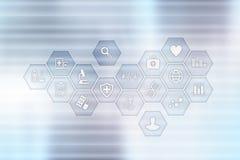 Medycyny i opieki zdrowotnej pojęcie Lekarz medycyny pracuje z nowożytnym komputerem osobistym Elektroniczna dokumentacja medyczn zdjęcie royalty free