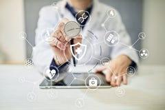 Medycyny lekarka z nowożytnym komputerem, wirtualnego ekranu interfejsem i ikony sieci medycznym związkiem, Zdjęcia Royalty Free