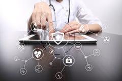 Medycyny lekarka z nowożytnym komputerem, wirtualnego ekranu interfejsem i ikony sieci medycznym związkiem, MEDYCZNY pojęcie Obraz Stock