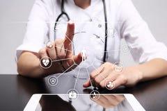 Medycyny lekarka z nowożytnym komputerem, wirtualnego ekranu interfejsem i ikony sieci medycznym związkiem, MEDYCZNY pojęcie Obrazy Stock