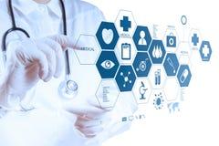 Medycyny lekarki ręka pracuje z nowożytnym komputerowym interfejsem Zdjęcia Royalty Free