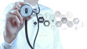 Medycyny lekarki ręka pracuje z nowożytnym komputerowym interfejsem fotografia royalty free