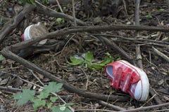 Medycyny sądowe i dochodzenie dzieciaka buty w lesie Zdjęcie Royalty Free