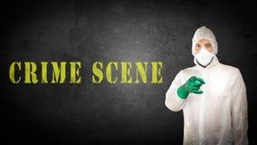 Medycyny sądowe w ochronnej odzieży przeciw ścianie fotografia stock