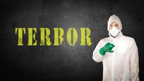 Medycyny sądowe w ochronnej odzieży przeciw ścianie obrazy royalty free