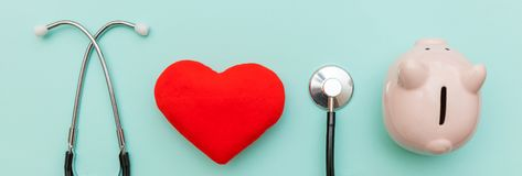 Medycyny wyposa?enia fonendoskopu lub stetoskopu prosi?tka doktorski bank i czerwieni serce odizolowywaj?cy na modnym pastelowym  fotografia royalty free