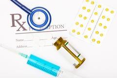 Medyczna recepta, pigułki, stetoskop i strzykawka, - symbol medycyna zdjęcie royalty free
