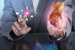 Medyczna technologia - lekarka elektroniczny egzaminacyjny chirurg, technologia cyfrowa która reprezentuje ciało pacjenta płuco, zdjęcie stock
