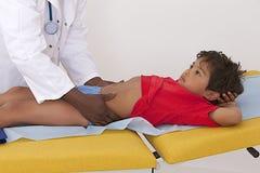 Medyczna wizyta - obmacywanie podbrzusze, Zdjęcie Royalty Free