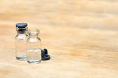 Medyczne buteleczki dla zastrzyka na drewno stole Obraz Stock