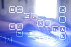 Medyczne ikony na wirtualnym ekranie Nowożytna technologia w medycynie zdjęcia royalty free